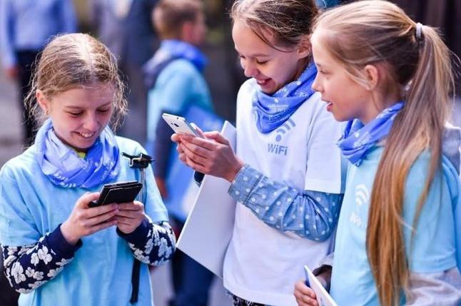 Skolas vecuma bērni jau no pirmajām klasēm demonstrē daudzpusīgas zināšanas par interneta un tehnoloģiju izmantošanu, savukārt visvairāk no saviem interneta elkiem vēlas noskaidrot viedokļus par emocionālo drošību, privātumu un iepazīšanos […]