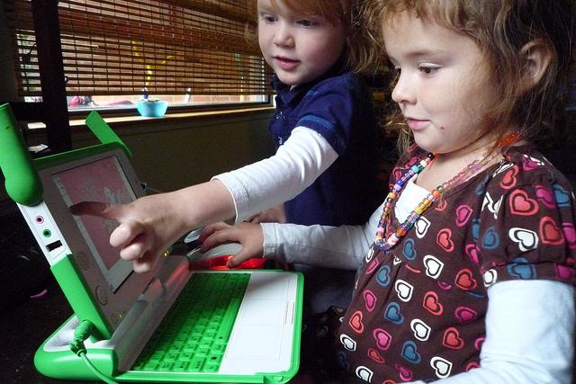 Ir pārsteidzoši daudz dažādu veidu, kā bērni mūsdienās var pieslēgties tiešsaistē un komunicēt ar citiem. No dažādām sociālo tīklu aplikācijām līdz pat skolām, kas piedāvā skolniekiem Chromebook datorus, bērnu sociālo […]